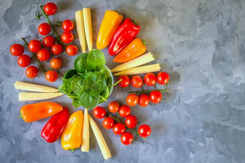 Variedade de pimentos do milho dos tomates dos vegetais e de espinafres orgânicos frescos em um fundo bonito, vista superior fotografia de stock royalty free