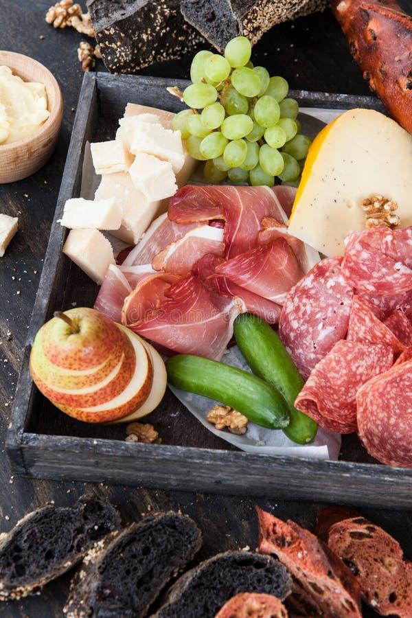 Variedade de queijo e de salsichas fotos de stock royalty free