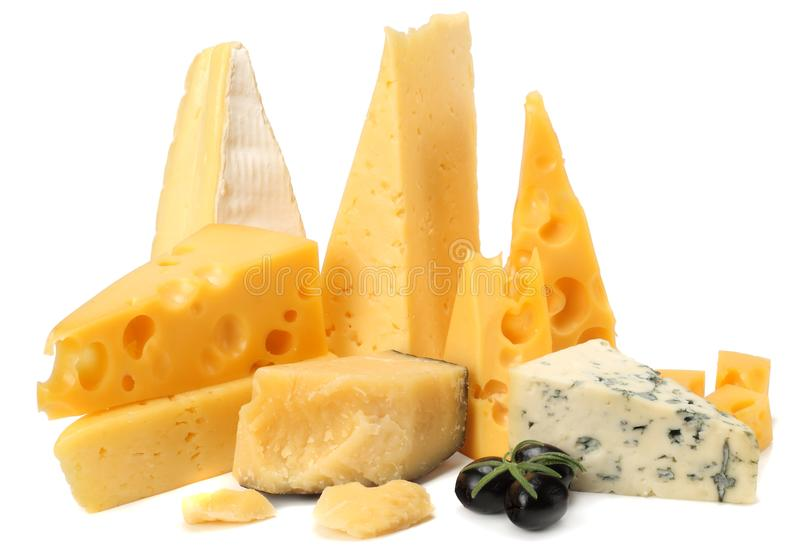 Variedade de queijo isolada no fundo branco Sortes diferentes do queijo fotografia de stock royalty free