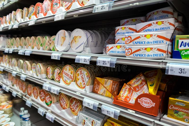Variedade de queijos diferentes no supermercado do alimento de França imagens de stock royalty free