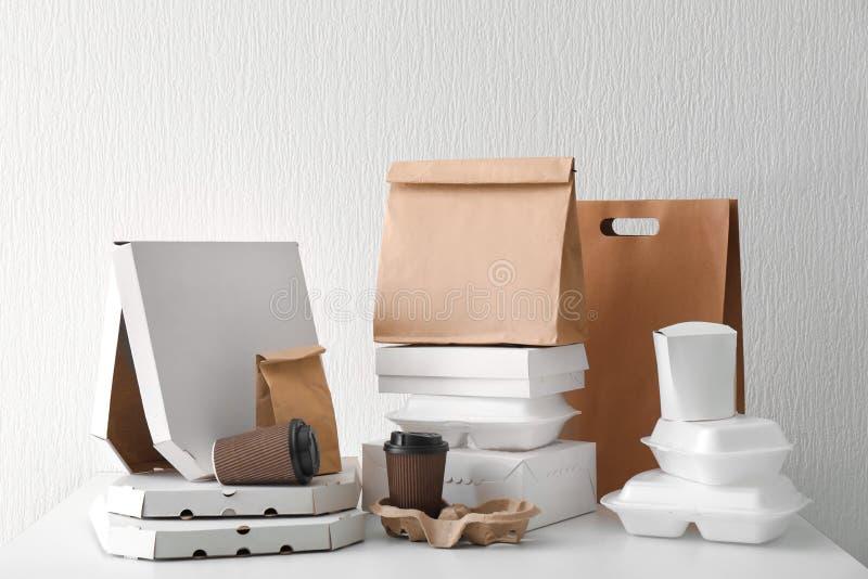 Variedade de recipientes de entrega do alimento na tabela branca fotos de stock royalty free