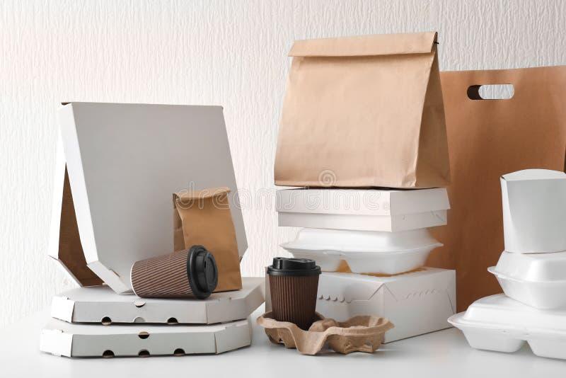 Variedade de recipientes de entrega do alimento na tabela branca fotografia de stock