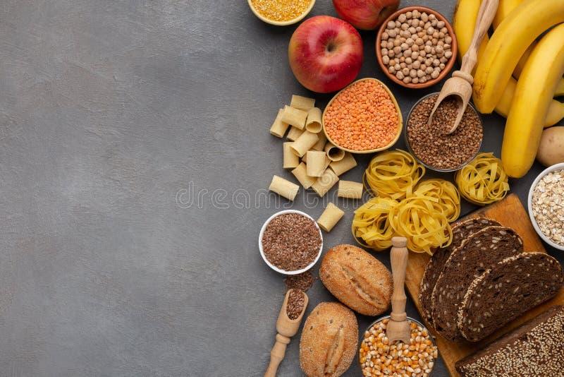 Variedade de ricos do alimento na fibra e de hidratos de carbono no cinza fotografia de stock royalty free