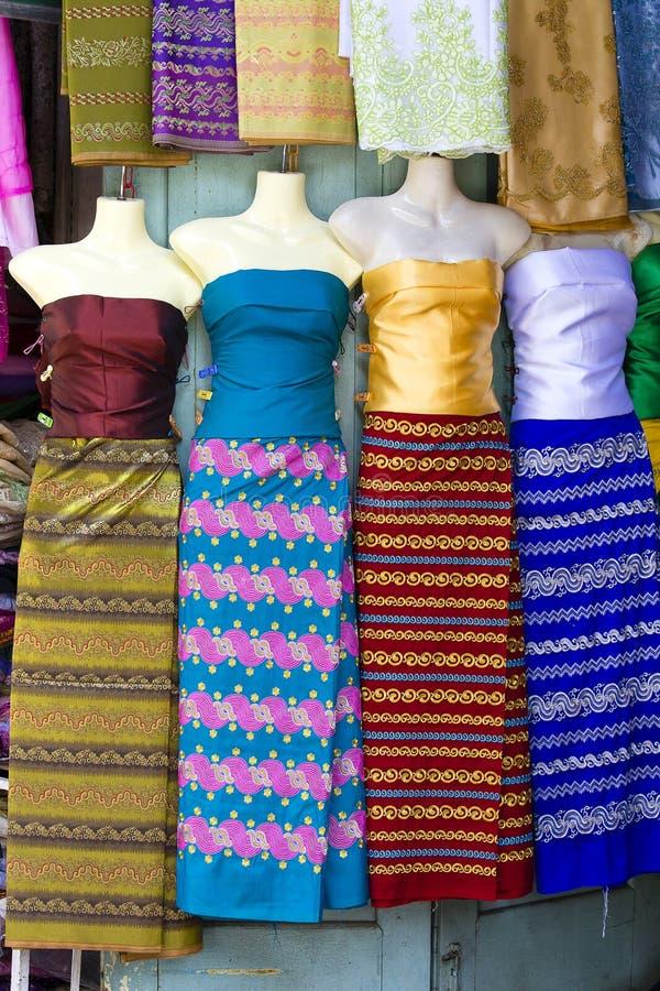 Variedade de sarongs coloridos para a venda em Yangon, Myanmar, Burma foto de stock