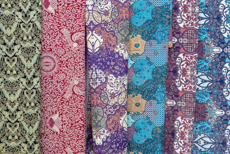 Variedade de sarongs coloridos para a venda no mercado local, ilha Bali, Indonésia Fim acima fotografia de stock royalty free