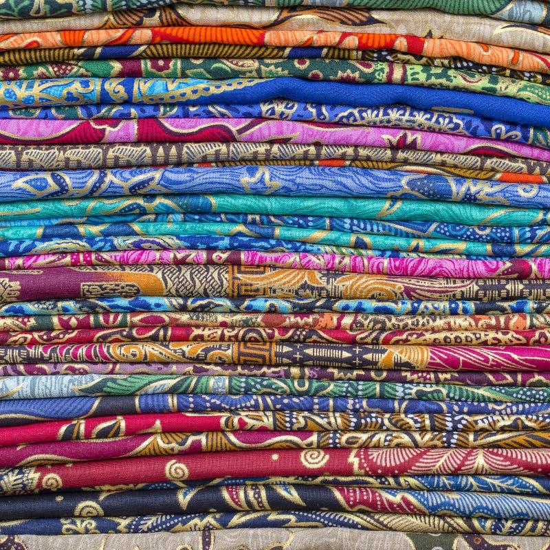 Variedade de sarongs coloridos para a venda no mercado local, ilha Bali, Indonésia Fim acima fotos de stock royalty free