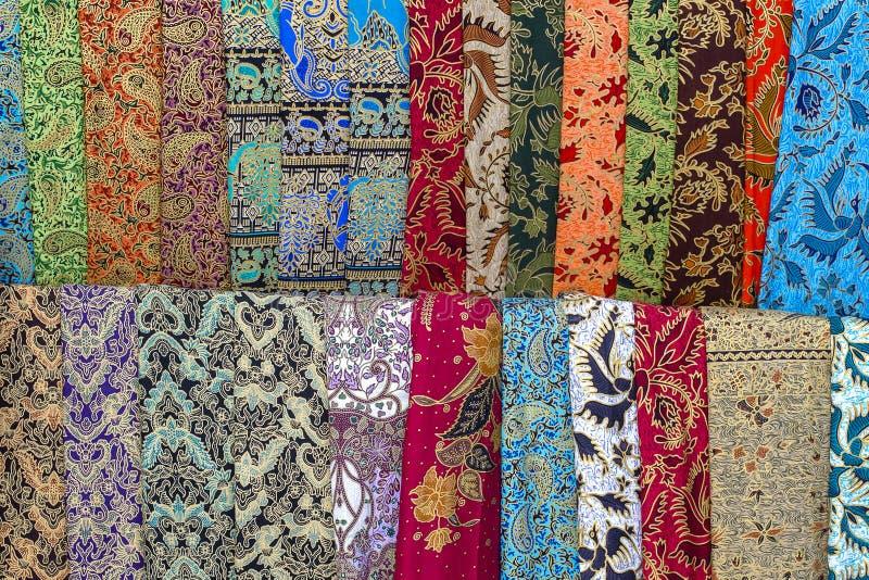 Variedade de sarongs coloridos para a venda no mercado local, ilha Bali, Indonésia Fim acima fotos de stock