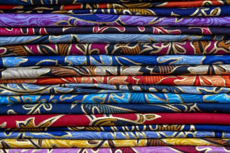 Variedade de sarongs coloridos para a venda no mercado local, ilha Bali, Ubud, Indon?sia closeup fotografia de stock royalty free