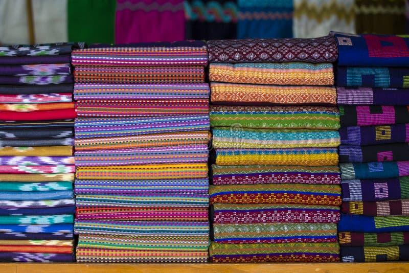 Variedade de sarongs coloridos para a venda no mercado local, Yangon, Myanmar, Burma imagem de stock