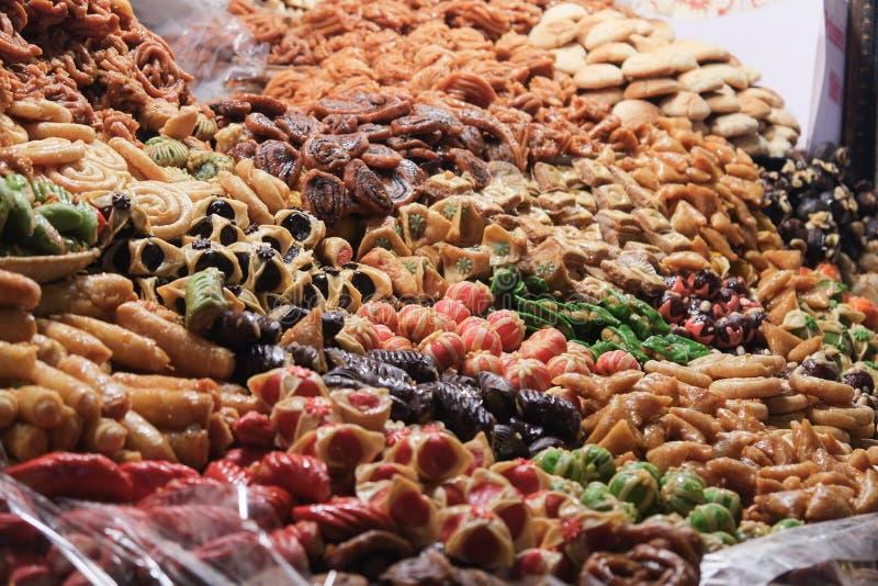 Variedade de sobremesa colorida no mercado marroquino do souk C4marraquexe, Marrocos imagem de stock