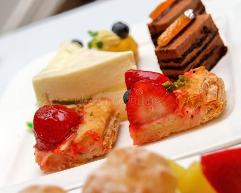 Variedade de sobremesas e de pastelarias deliciosas fotografia de stock