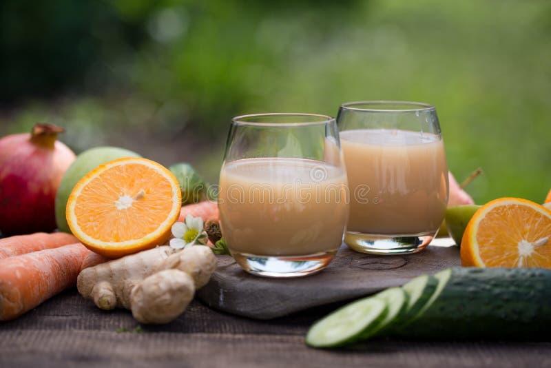 Variedade de sucos de fruto em quatro vidros do suco de laranja, o suco da cereja, o suco da mistura da maçã, o abricó, a pera e  foto de stock