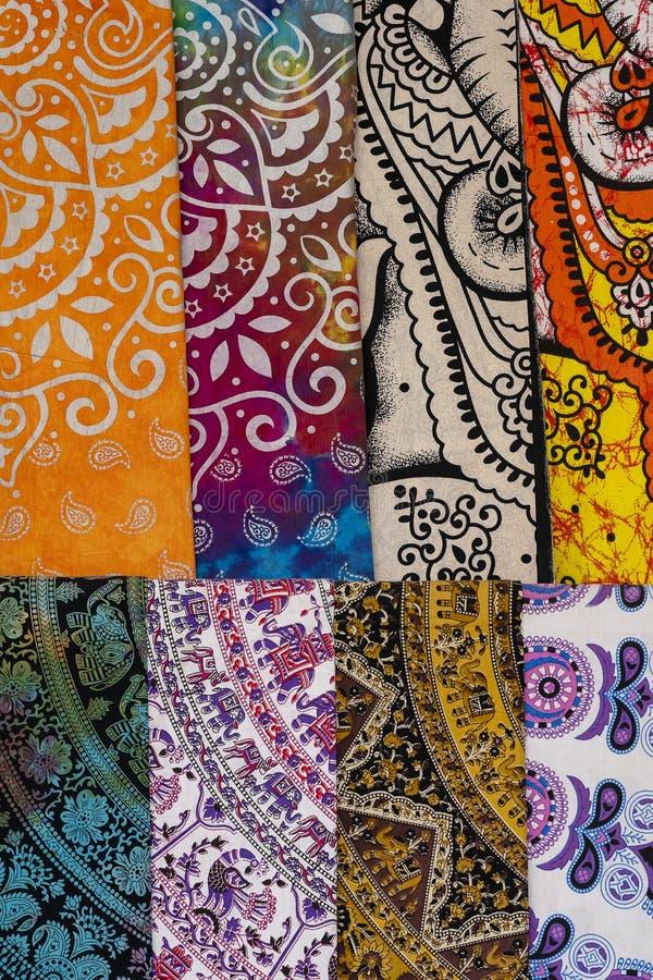 Variedade de telas coloridas para a venda no mercado local em Rajasthan, ?ndia Fim acima fotografia de stock royalty free