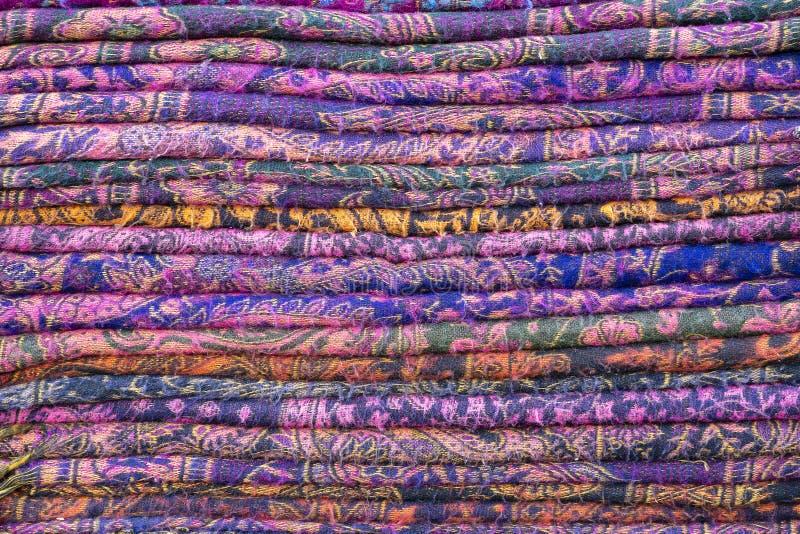 Variedade de telas coloridas para a venda no mercado local em Rajasthan, ?ndia Fim acima imagens de stock