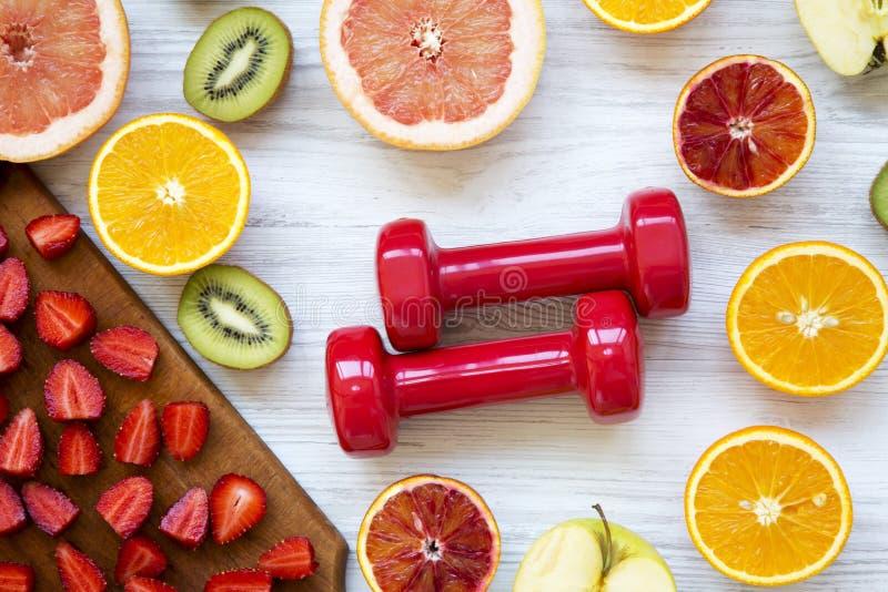 Variedade de vários frutos coloridos com pesos, vista superior Conceito da aptidão foto de stock