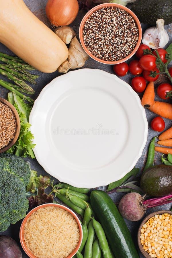 Variedade de vegetais e de grões diferentes imagens de stock