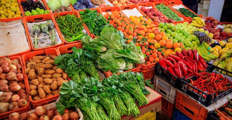 Variedade de vegetais e de frutos para a venda em um mercado em Nicosia Chipre Opinião do close up com detalhes fotografia de stock