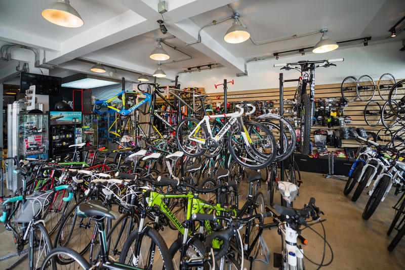 Variedade de venda da bicicleta na loja