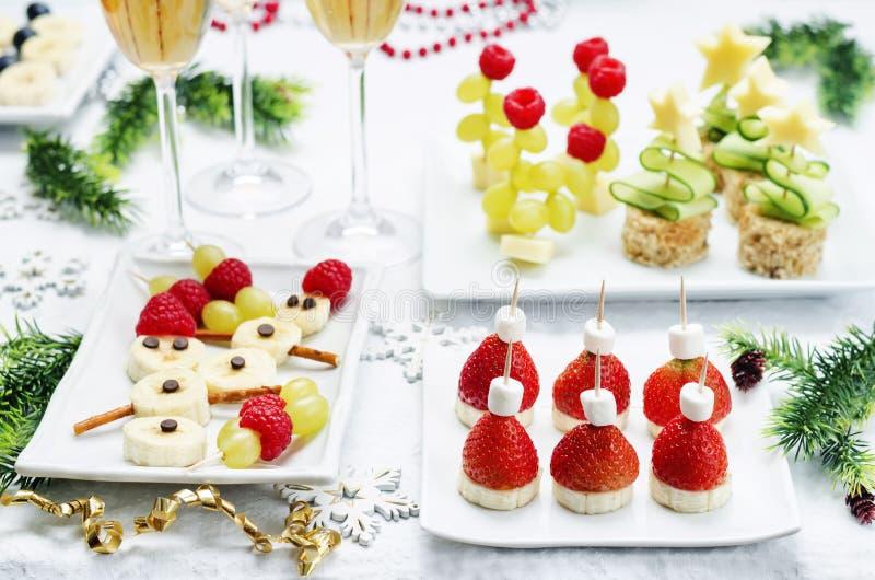 Variedade de Year& novo x27; petiscos de s e um vidro do champanhe foto de stock