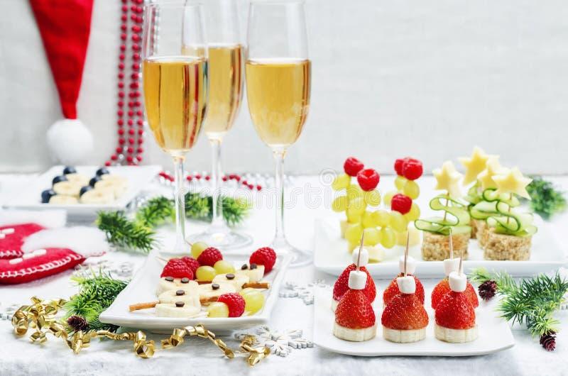 Variedade de Year& novo x27; petiscos de s e um vidro do champanhe fotografia de stock royalty free
