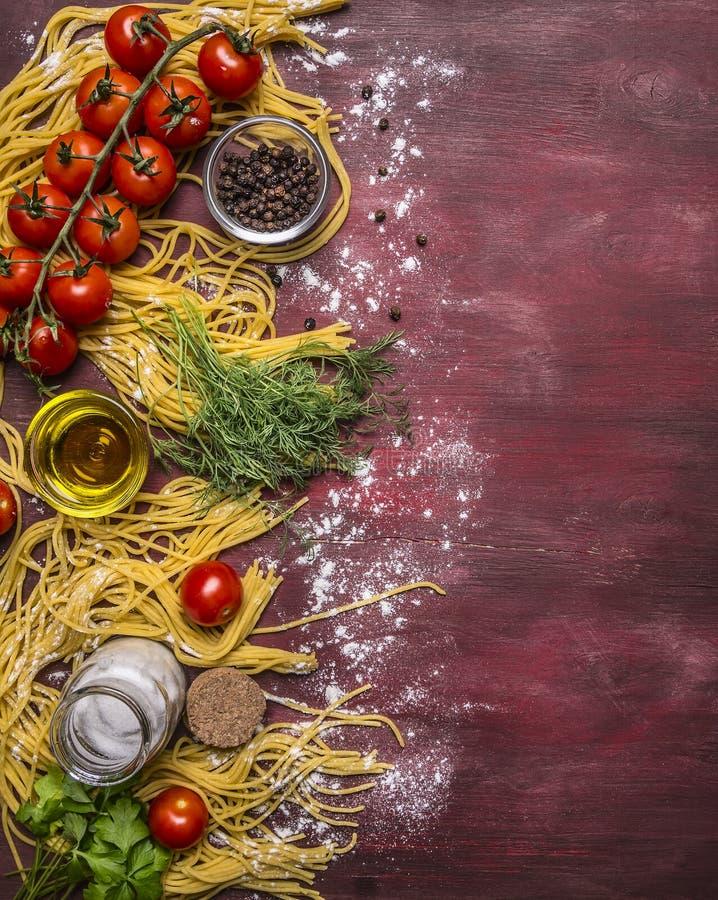 Variedade deliciosa dos ingredientes para cozinhar a massa com tomates, farinha, manteiga, pimenta preta, sal das ervas em rústic fotografia de stock royalty free