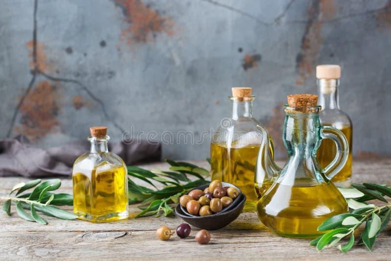 Variedade do azeite virgem extra orgânico fresco em umas garrafas foto de stock royalty free