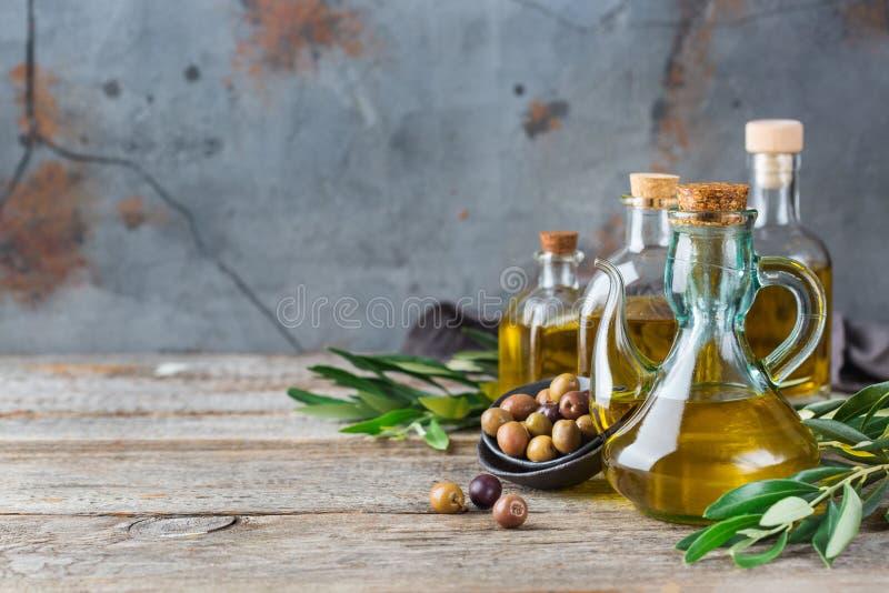 Variedade do azeite virgem extra orgânico fresco em umas garrafas fotos de stock royalty free