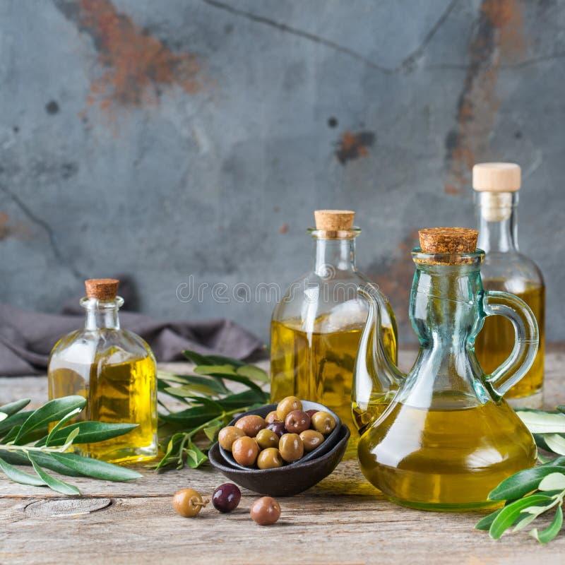 Variedade do azeite virgem extra orgânico fresco em umas garrafas imagem de stock royalty free