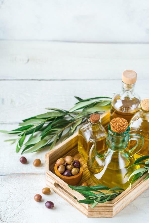 Variedade do azeite virgem extra orgânico fresco em umas garrafas foto de stock