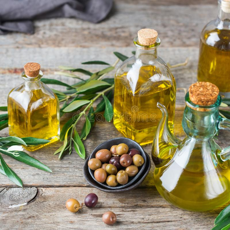 Variedade do azeite virgem extra orgânico fresco em umas garrafas imagens de stock royalty free