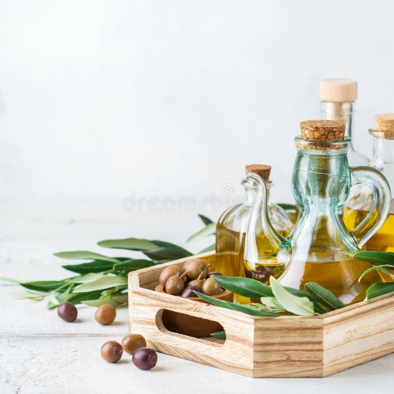 Variedade do azeite virgem extra orgânico fresco em umas garrafas imagem de stock