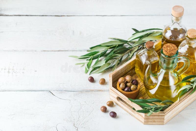 Variedade do azeite virgem extra orgânico fresco em umas garrafas fotografia de stock royalty free