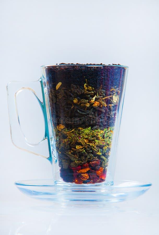 Variedade do chá seco Vários tipos do chá isolados no branco Tipos diferentes das folhas de chá Composição do chá com tipo difere imagem de stock