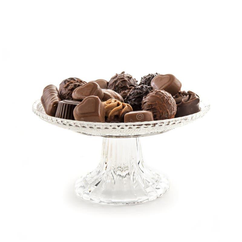 Variedade do confeito do chocolate em uma placa de vidro elegante do serviço mim fotos de stock royalty free