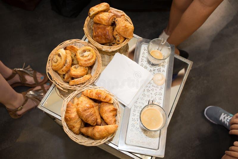 Variedade do croissant das pastelarias francesas imagens de stock