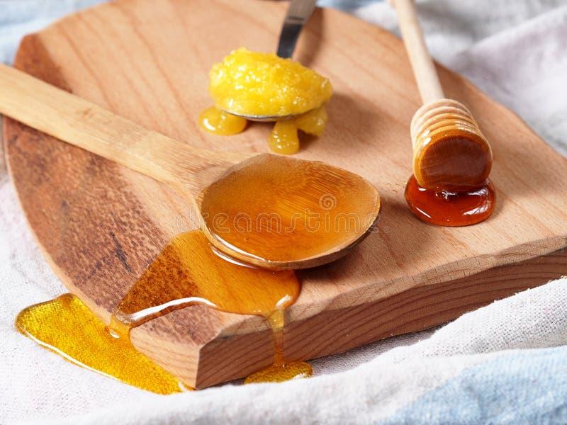 Variedade do mel na placa de desbastamento de madeira imagens de stock royalty free