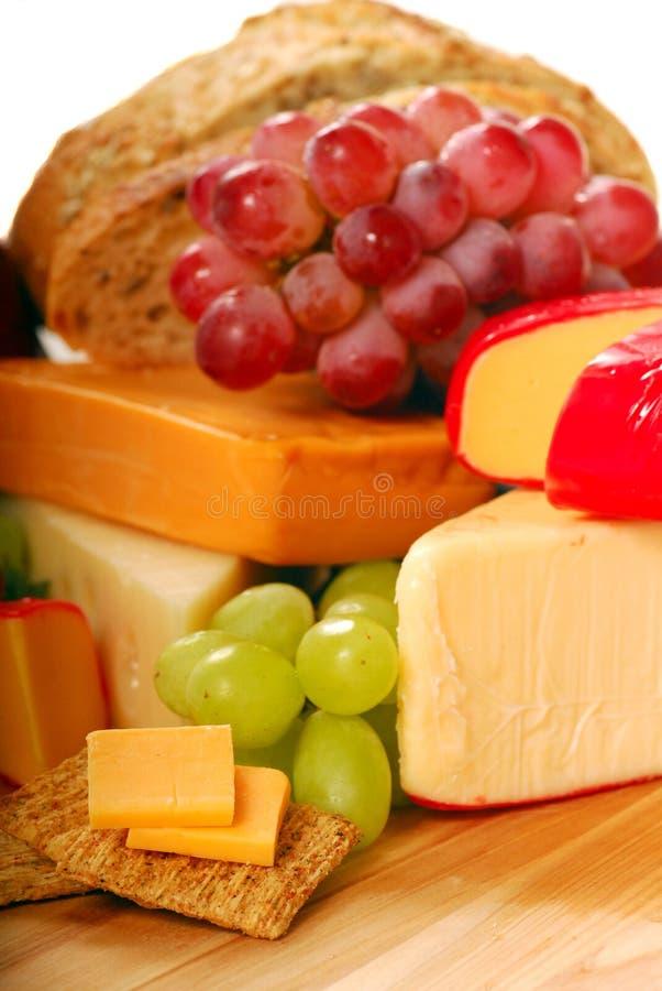 Variedade do queijo e da fruta fotografia de stock