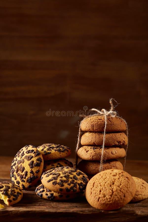 Variedade doce dos biscoitos em um log da madeira redonda sobre o fundo de madeira rústico, close-up, foco seletivo fotos de stock royalty free