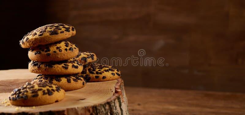 Variedade doce dos biscoitos em um log da madeira redonda sobre o fundo de madeira rústico, close-up, foco seletivo imagem de stock royalty free