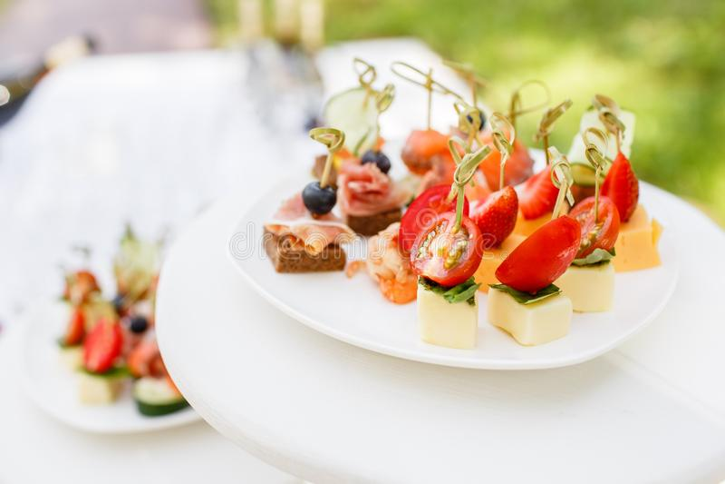Variedade dos canapes Serviço do banquete no restaurante Alimento da restauração, petiscos na placa branca foto de stock royalty free