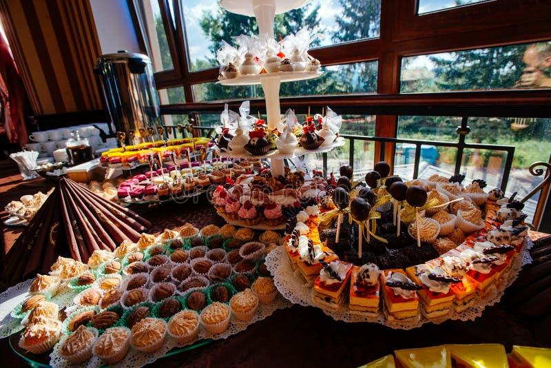 Variedade dos doces e das pastelarias imagem de stock