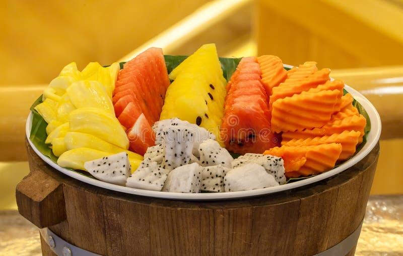 Variedade dos frutos tropicais em uma placa Fruto tailandês, prato de combinação da papaia tailandesa do fruto, melancia e abacax fotos de stock royalty free
