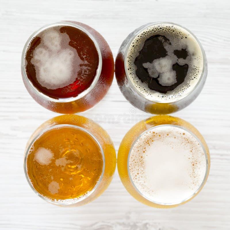 Variedade em um fundo de madeira branco, vista superior da cerveja do ofício A?reo, de cima de, configura??o lisa fotos de stock royalty free