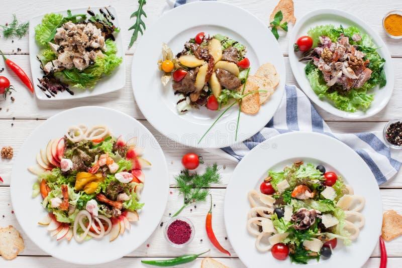 Variedade morna das saladas na tabela do restaurante fotos de stock