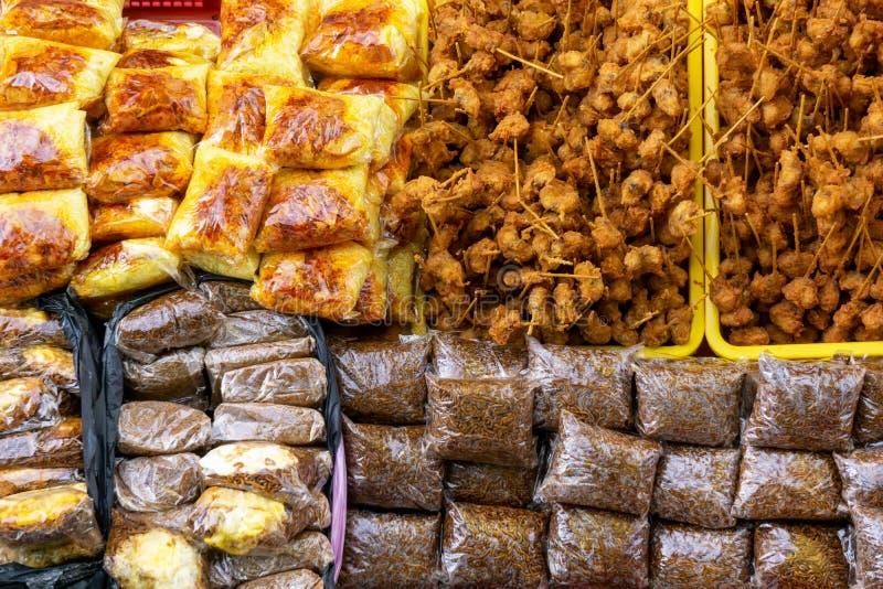 Variedades de comida en el mercado de alimentos de la ciudad de Kota kinabalu imágenes de archivo libres de regalías