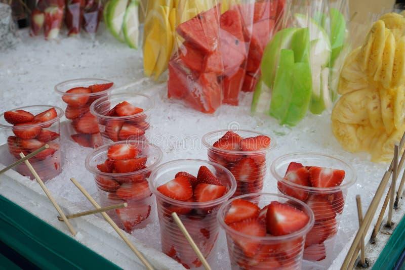 Variedades de fruto fresco do corte, prontos para comer, morango da tenda do retalho da rua, abacaxi, melancia, manga fotos de stock royalty free