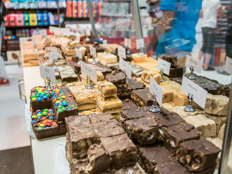 Variedades do caramelo na barra de chocolate de Dylan, New York City foto de stock royalty free