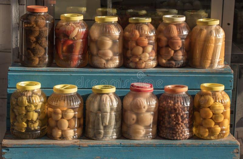 Varietà casalinga dei sottaceti che conserva i barattoli immagini stock