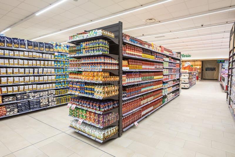 Varietà di alimenti conservati, di pasta e di altri prodotti in scatola Scaffali del supermercato immagini stock libere da diritti