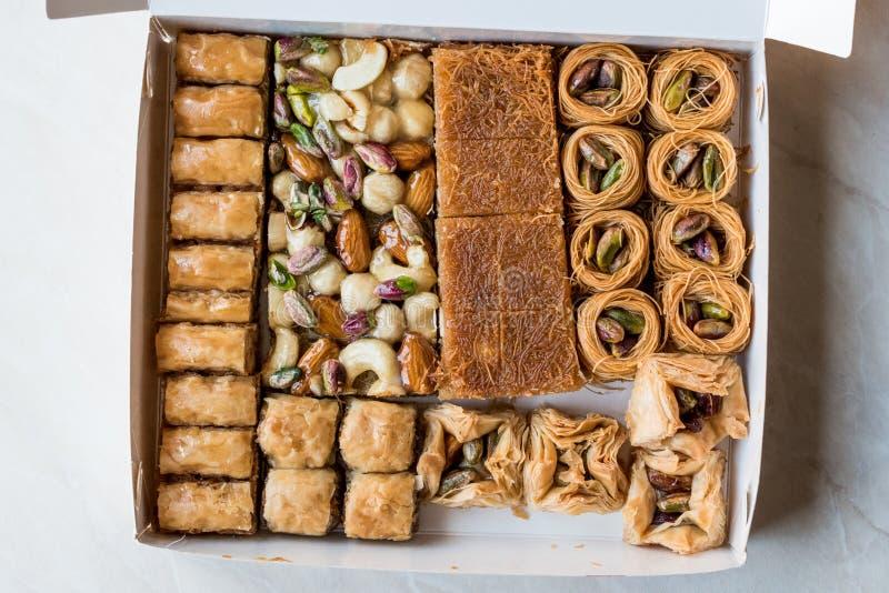 Varietà di baklava turca in scatola/pacchetto Assortimento del dessert tradizionale immagini stock libere da diritti
